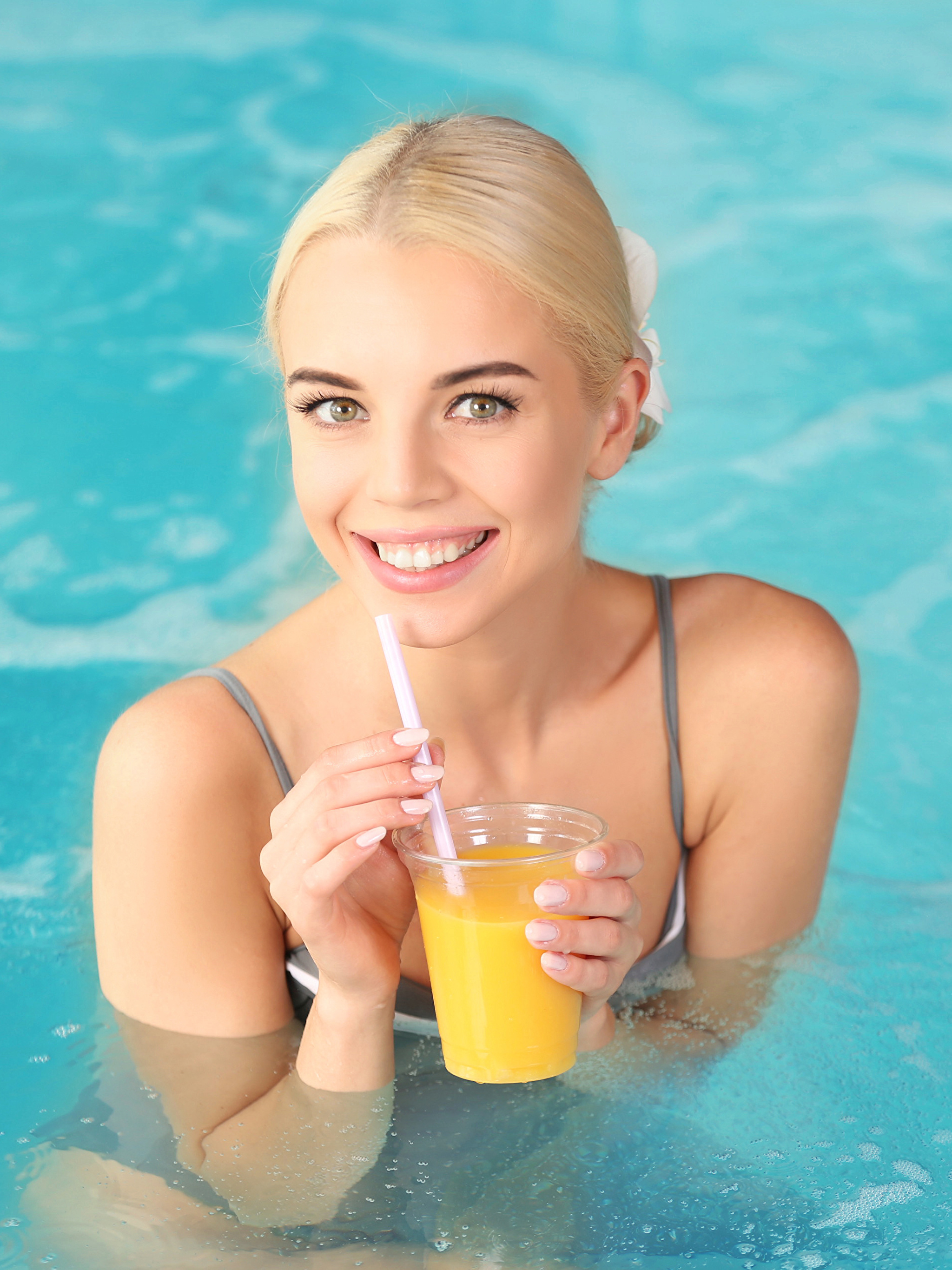 Фото блондинки Бассейны улыбается Сок Девушки Стакан 2048x2732 блондинок Блондинка Плавательный бассейн Улыбка стакана стакане
