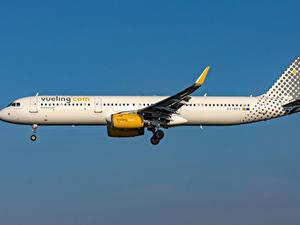 Обои Самолеты Пассажирские Самолеты Airbus Сбоку Vueling Airlines, A321-200S Авиация
