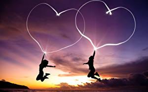 Картинка День всех влюблённых Мужчины Вдвоем Сердечко В ночи Прыжок Силуэты Девушки
