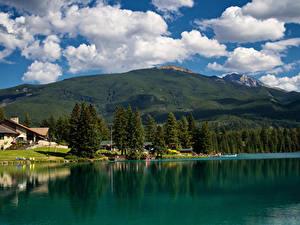 Картинка Канада Парки Озеро Дома Горы Джаспер парк Облака Дерева Природа