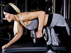 Обои Фитнес Гантеля Рука Физическое упражнение девушка