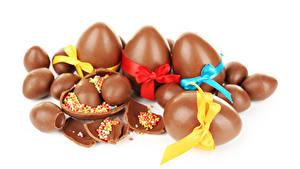 Фото Праздники Пасха Сладкая еда Шоколад Белом фоне Яйца Бантики Еда