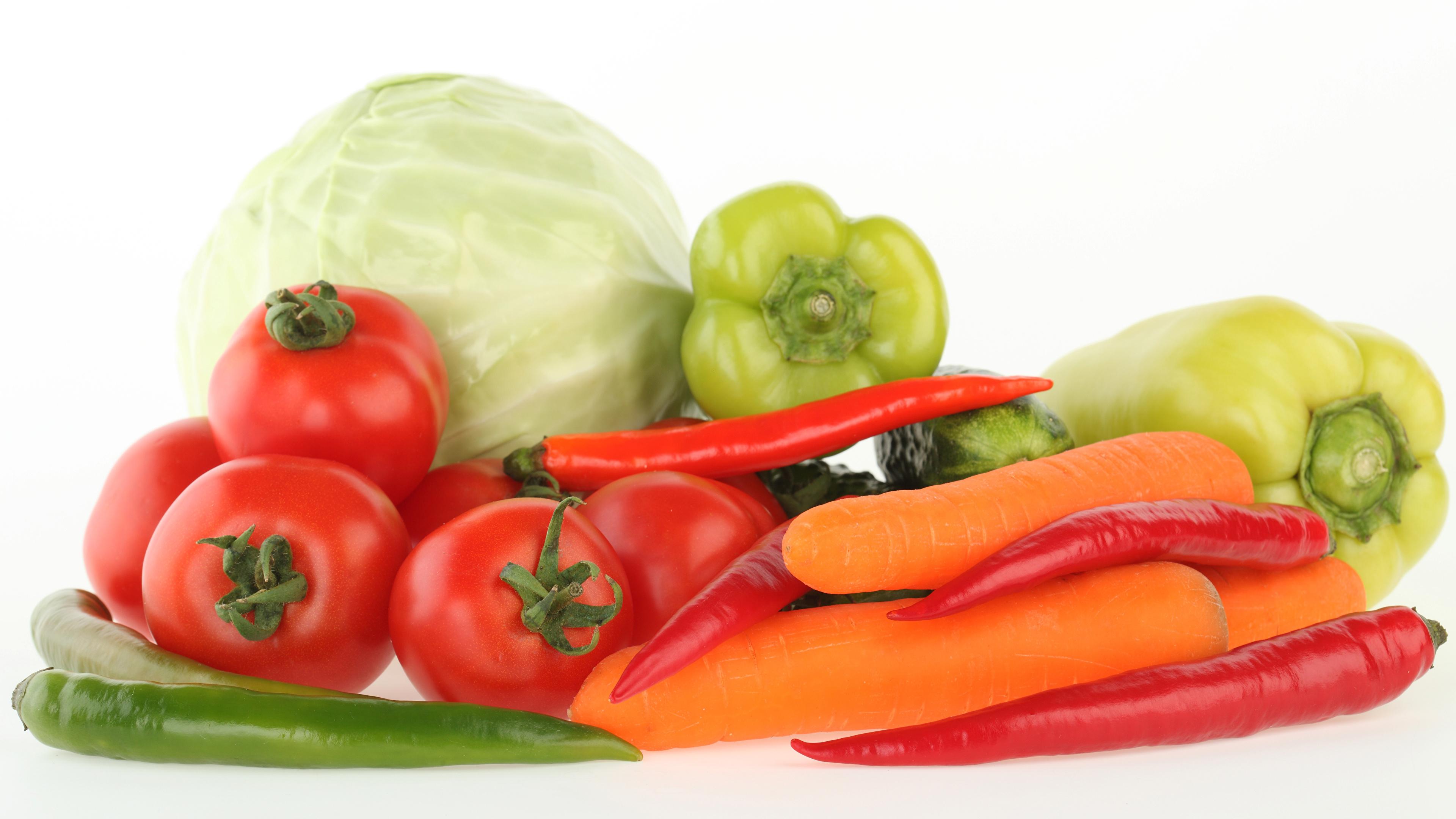 Картинки Капуста Помидоры морковка Острый перец чили Еда Овощи Перец белым фоном 3840x2160 Томаты Морковь Пища перец овощной Продукты питания Белый фон белом фоне