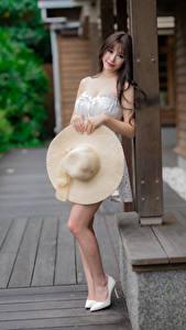 Картинки Азиатка Шляпа Взгляд молодая женщина