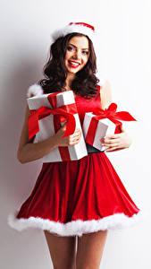 Обои Новый год Белом фоне Униформе Шатенки Улыбается Подарки Смотрит Девушки