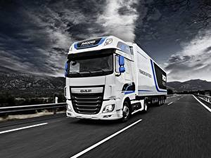 Фотография Дороги DAF Trucks Едет Белый Super Space Cab автомобиль