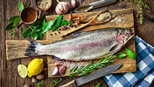 Картинка Натюрморт Рыба Чеснок Лимоны Нож Специи