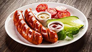 Фотография Сосиска Огурцы Томаты Доски Тарелка Кетчупа Продукты питания