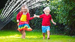 Картинки Мальчик Девочки Два Брызги Платья Дети