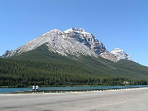 Картинка Озеро Лес Горы Канада Утес Снег Асфальта British Columbia, Rocky Mountains, Yoho National Park, Emerald lake