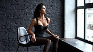 Картинки Сидит Красивый Модель Брюнетка Стулья Вырез на платье Alexey Kiselev, Polina Polinina молодая женщина