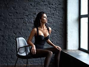 Картинки Сидящие Красивая Фотомодель Брюнетки Стул Вырез на платье Alexey Kiselev, Polina Polinina девушка