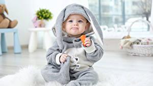 Картинка Праздники Пасха Кролики Морковь Младенцы Униформе Смотрит