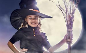 Картинка Праздники Хэллоуин Ведьма Девочка Улыбка Шляпе Луны ребёнок