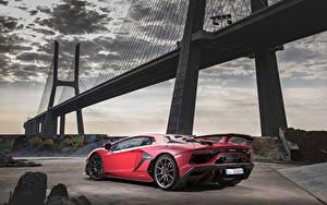Фотографии Мосты Ламборгини Красный Aventador SVJ 2018 Автомобили