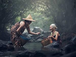 Обои Камни Азиаты Ручей Вдвоем Шляпа Старуха Сидит Корзина