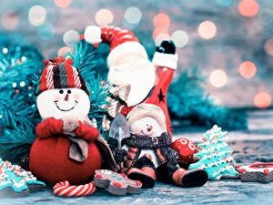 Фотографии Новый год Трое 3 Дед Мороз Снеговики Шапки Шарф Улыбка