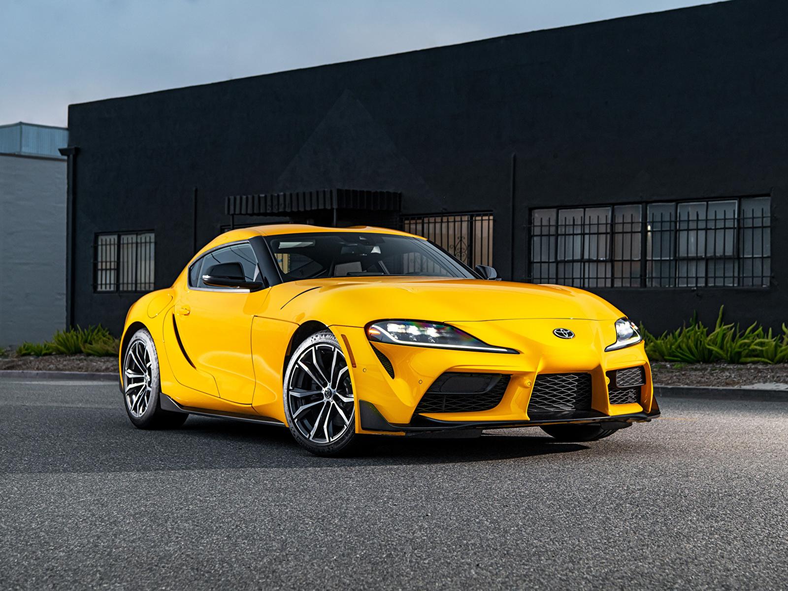 Обои для рабочего стола Toyota GR Supra 2.0 North America, (A90), 2020 желтая Металлик Автомобили 1600x1200 Тойота Желтый желтые желтых авто машины машина автомобиль