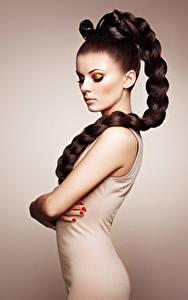 Фото Цветной фон Шатенки Косички Сбоку Фотомодель молодые женщины