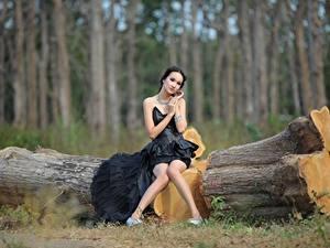 Фотография Азиатки Ствол дерева Брюнетки Платья Сидящие Ног молодая женщина
