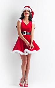 Фотографии Новый год Белый фон Брюнетка Униформа Улыбка Платье Шапки