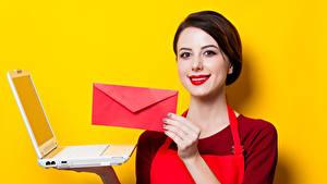 Картинки Цветной фон Шатенка Улыбка Красные губы Ноутбуки Руки Письмо Девушки