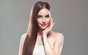 Фотографии Серый фон Шатенка Волосы Улыбка Руки Красивые Девушки