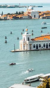 Картинка Италия Дома Причалы Море Катера Венеция Залив Города