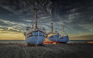 Картинки Дания Берег Рассветы и закаты Речные суда Втроем Песок Природа
