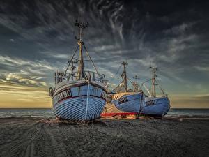 Картинки Дания Побережье Рассвет и закат Речные суда Трое 3 Песок Природа