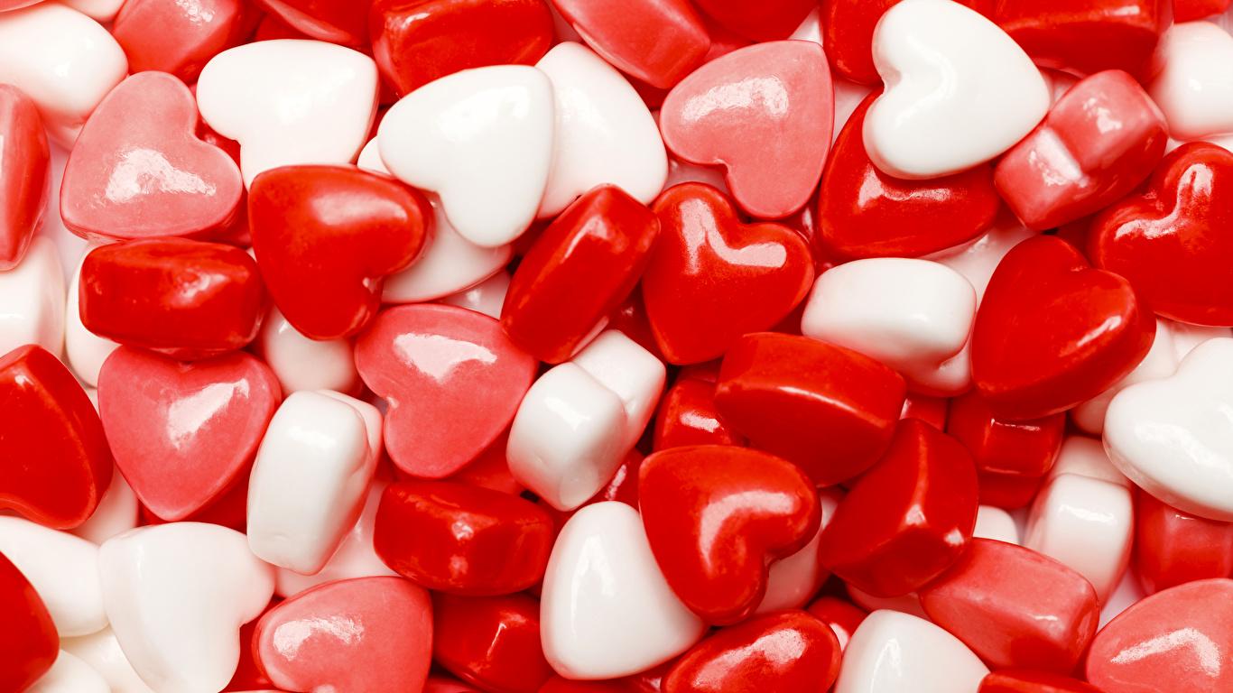 Картинка День святого Валентина сердца Леденцы Пища Сладости 1366x768 День всех влюблённых серце Сердце сердечко Еда Продукты питания сладкая еда