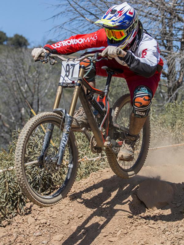 Картинки Шлем Мужчины велосипеды спортивный Движение униформе 600x800 для мобильного телефона шлема в шлеме мужчина Велосипед велосипеде Спорт спортивные спортивная едет едущий едущая скорость Униформа