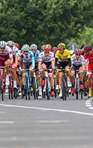 Картинки Мужчина Велогонка Велосипед В шлеме спортивная