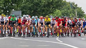 Картинки Мужчины Велогонка Велосипеды В шлеме спортивные