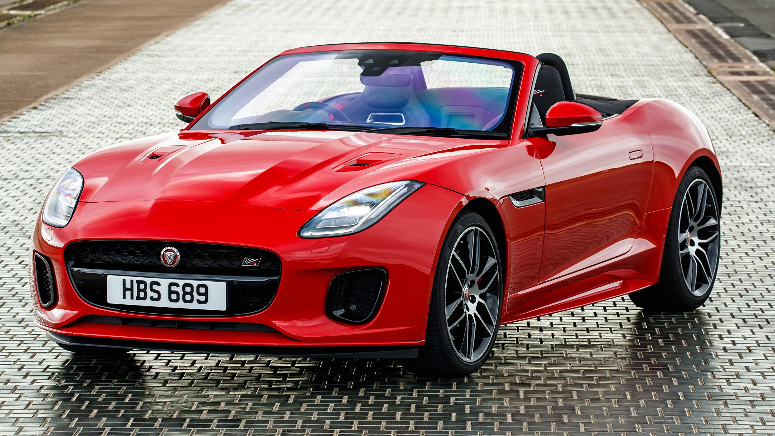 Обои для рабочего стола Ягуар 2018-19 F-Type  Chequered Flag  Convertible Кабриолет красные машины Металлик 2560x1440 Jaguar кабриолета красных Красный красная авто машина автомобиль Автомобили