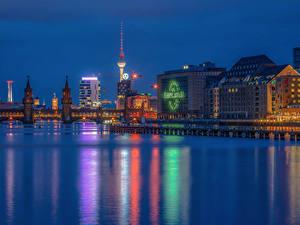 Картинка Берлин Германия Дома Речка Мосты Ночь Города
