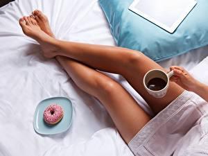 Фотографии Пончики Кофе Ноги