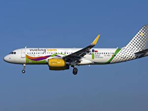 Обои Самолеты Эйрбас Пассажирские Самолеты Сбоку A320-200S, Vueling Airlines
