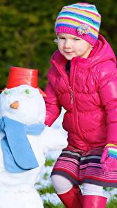 Картинки Зимние Девочки Снеговики Шапка Куртка Шарфе ребёнок
