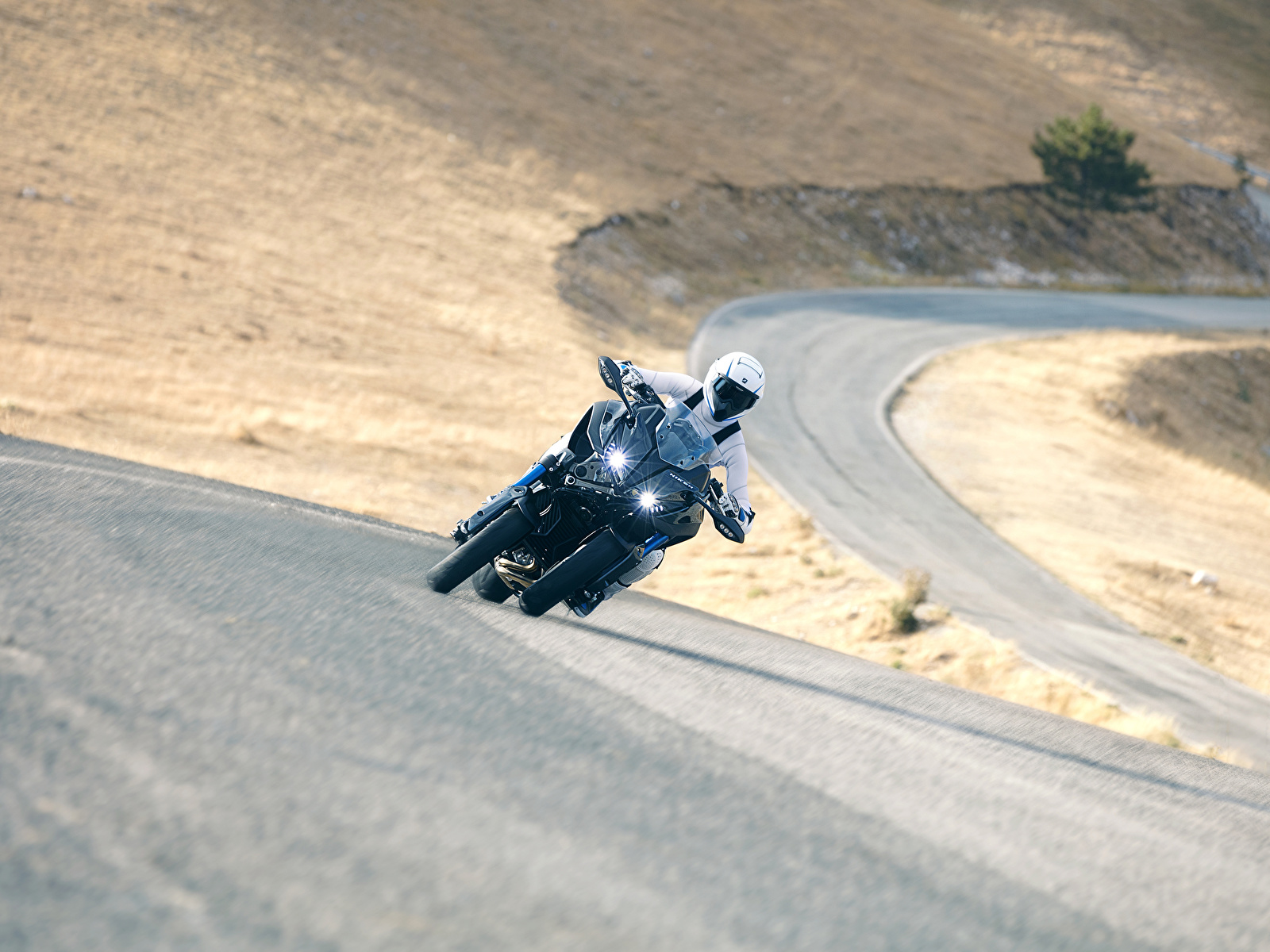 Фотография Ямаха 2018 Niken Мотоциклы едущий Мотоциклист 1600x1200 Yamaha мотоцикл едет едущая Движение скорость