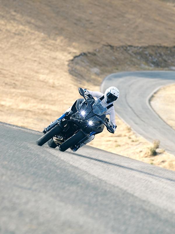 Фотография Ямаха 2018 Niken Мотоциклы едущий Мотоциклист 600x800 для мобильного телефона Yamaha мотоцикл едет едущая Движение скорость