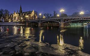 Обои Стокгольм Швеция Дома Речка Мост Ночь Уличные фонари Льда город