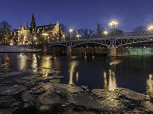 Обои Стокгольм Швеция Здания Речка Мосты Ночные Уличные фонари Лед Города