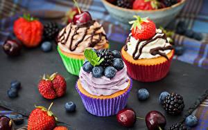 Картинки Сладкая еда Клубника Ежевика Черешня Черника Капкейк кекс Продукты питания