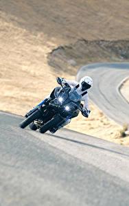 Фотография Ямаха Мотоциклист Движение 2018 Niken Мотоциклы