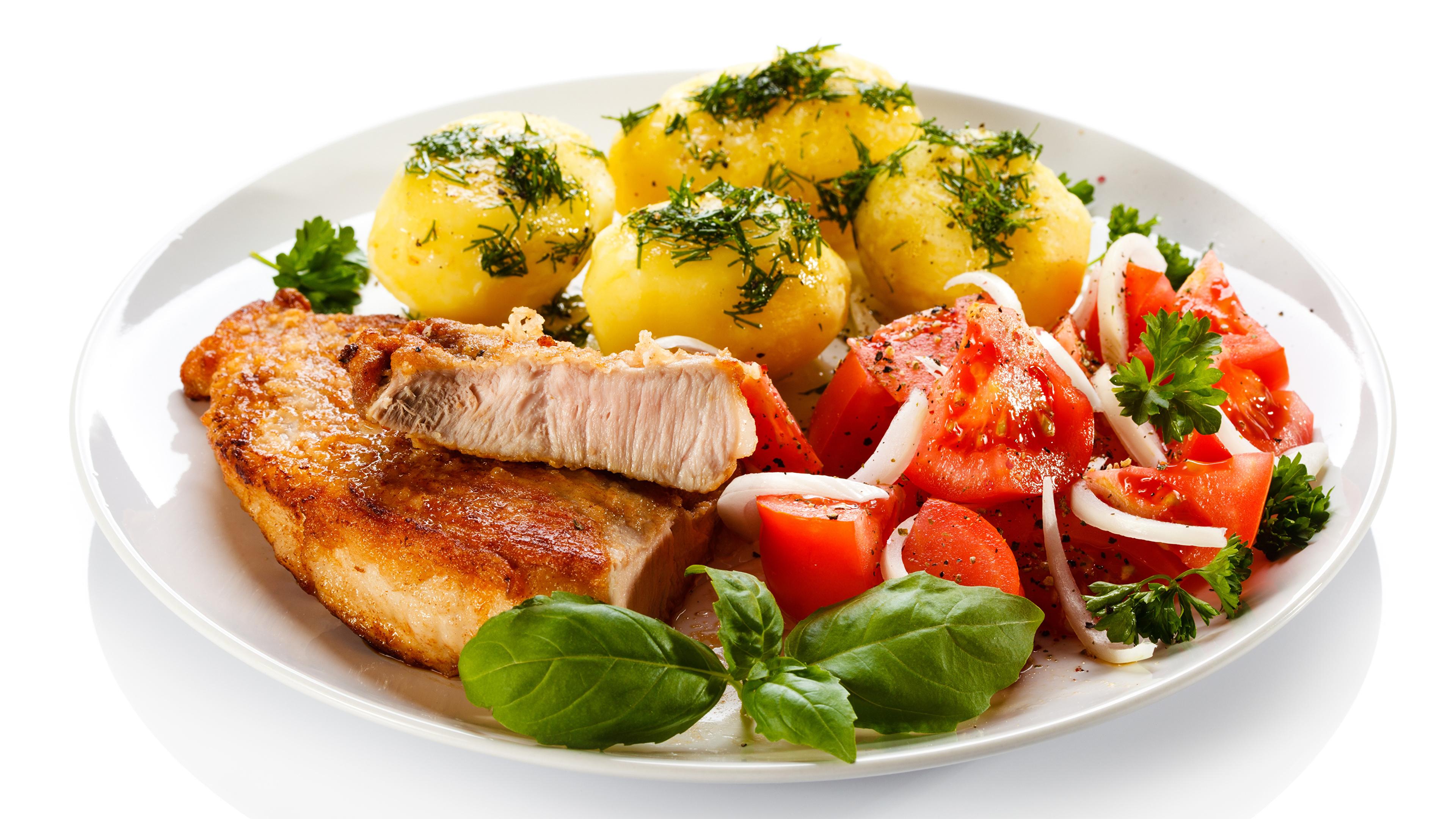Обои для рабочего стола Картофель Овощи тарелке Продукты питания Белый фон Мясные продукты Вторые блюда 3840x2160 картошка Еда Пища Тарелка белом фоне белым фоном