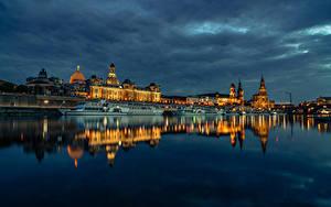 Картинка Германия Дрезден Здания Речка Пирсы Вечер Речные суда город