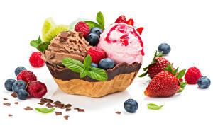 Обои Сладости Мороженое Шоколад Клубника Черника Малина Белом фоне Пища