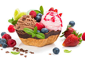 Обои Сладости Мороженое Шоколад Клубника Черника Малина Белый фон Пища