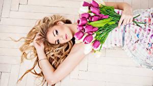 Обои Тюльпаны Блондинка Красивая молодая женщина